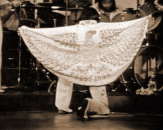 Elvis takes a bow at the ALOHA FROM HAWAII rehearsal show, 1973